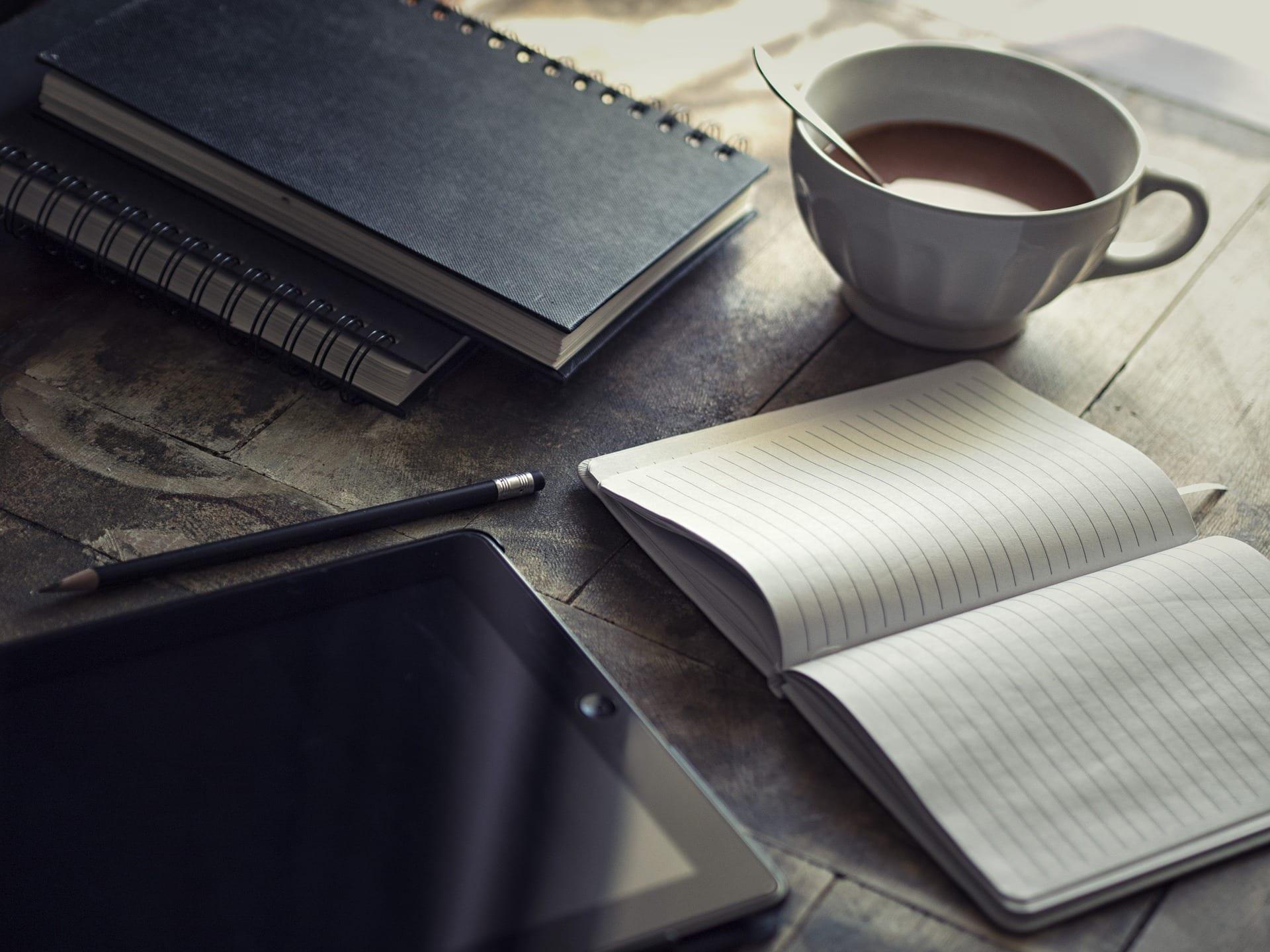 diario, ipad y taza de cafe