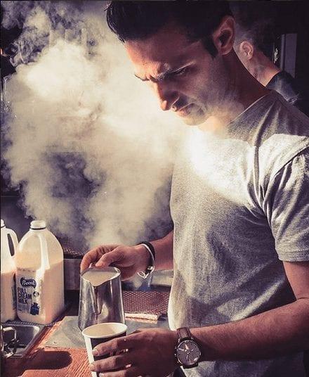 barista preparando capuccino