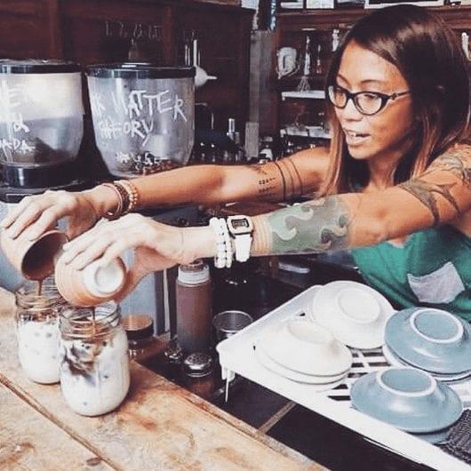 barista sirviendo taza de cafe