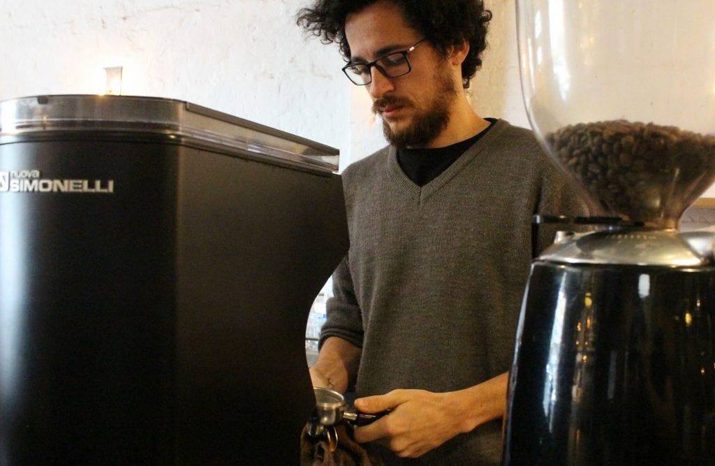 Arno Q Els barista making coffee