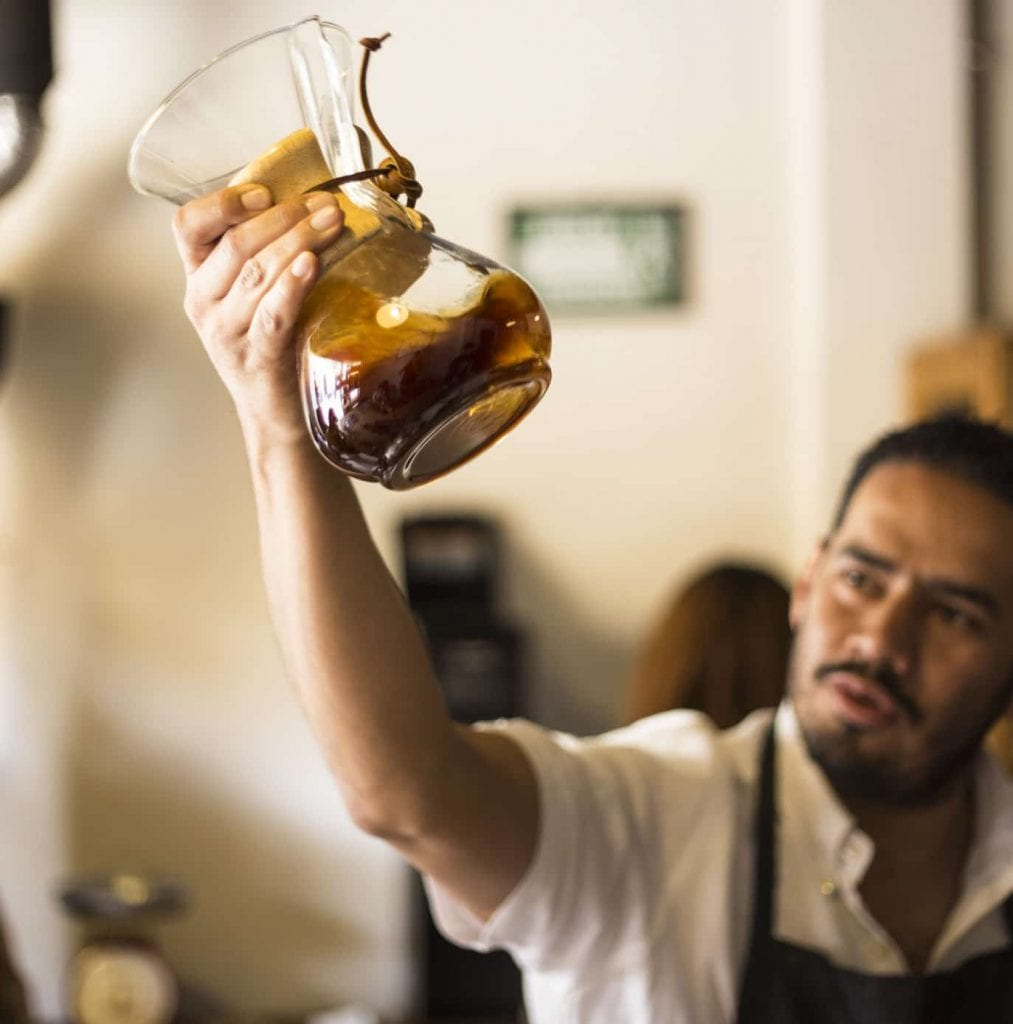 Jesús Salazar of Cafeólogo with a Chemex