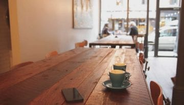 ¿Por qué los Cafés le están Pidiendo a los Clientes Donar Café?