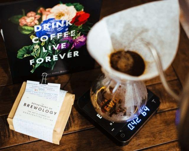 preparando cafe en una chemex