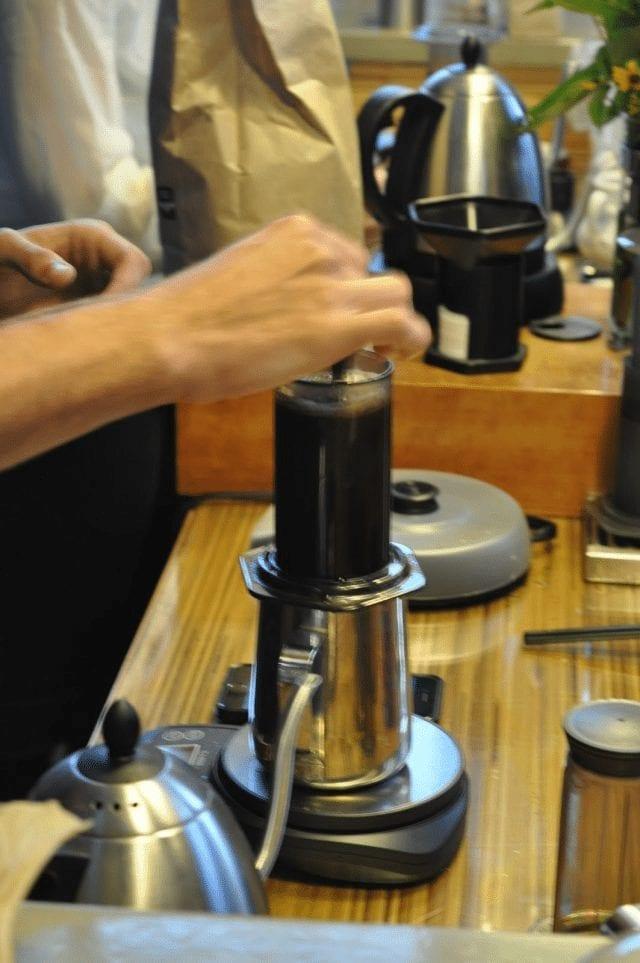 preparando cafe en aeropress
