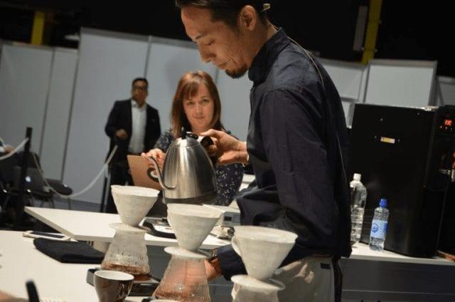 Tetsu Kasuya preparando cafe