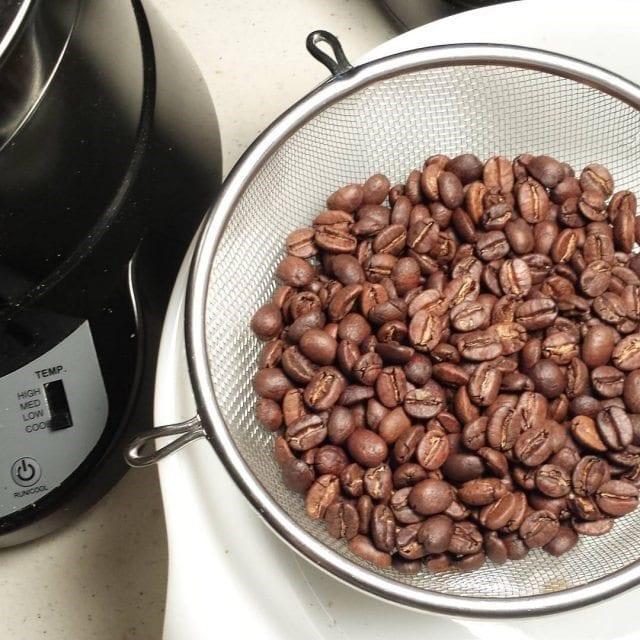 tostando granos de cafe en casa