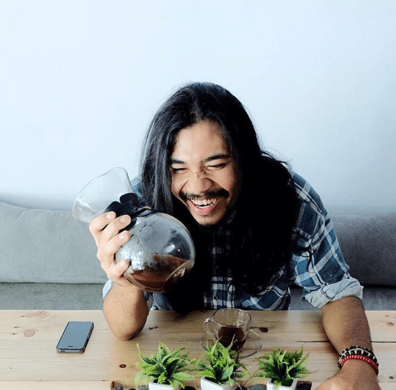 preparando cafe felizmente