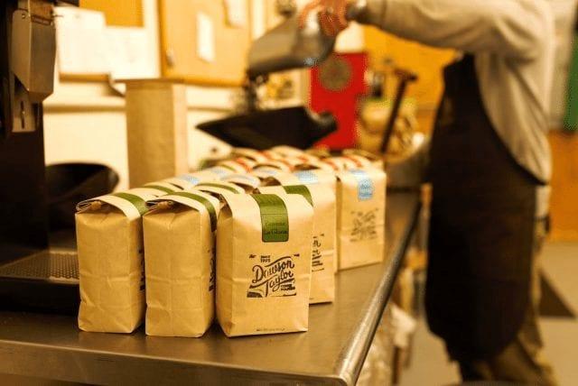 empacando cafe para venta