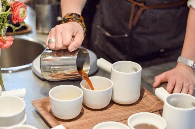 sirviendo una taza de cafe