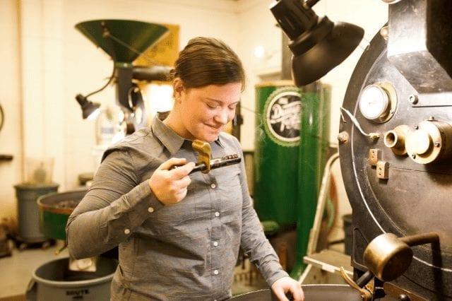 inspeccionando el tueste de cafe