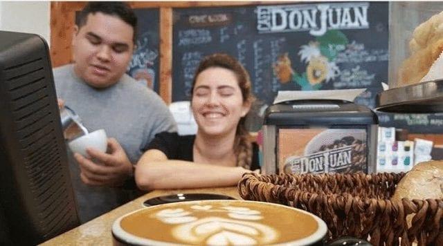 barista sirivendo cafe