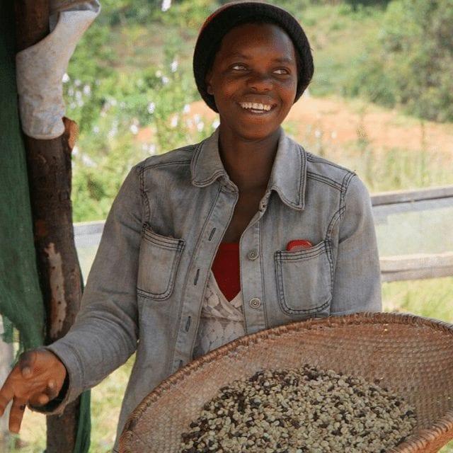 mujer productora de cafe en burundi