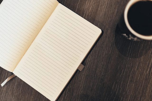 planificando con una taza de cafe