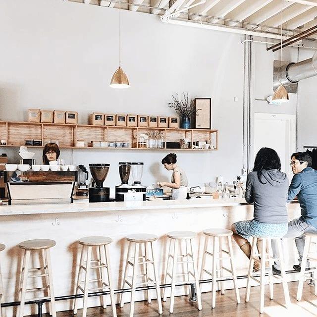 clientes toman cafe en la barra