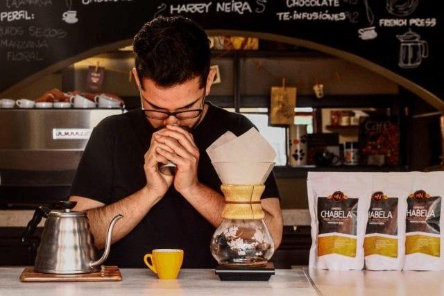 preparando cafe en chemex