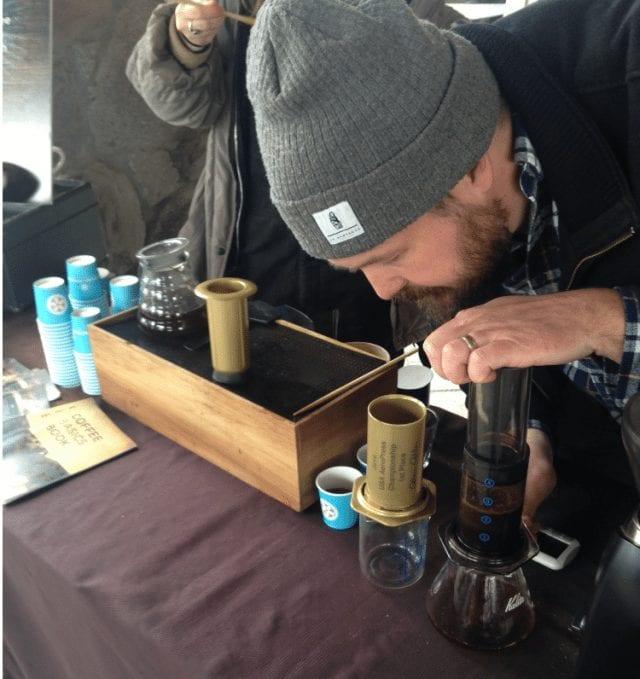 ben jones preparando cafe