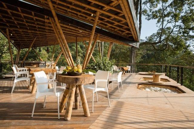 terraza al aire libre en la palma y el tucan hotel