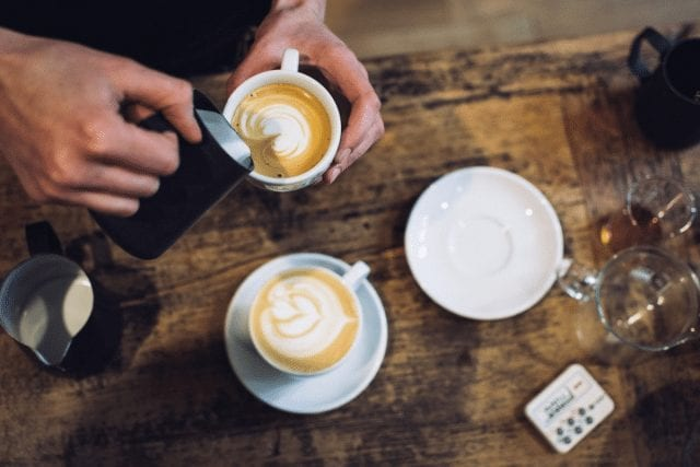 barista vierte latte art