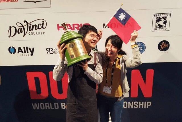 Barista campeón con su esposa y trofeo