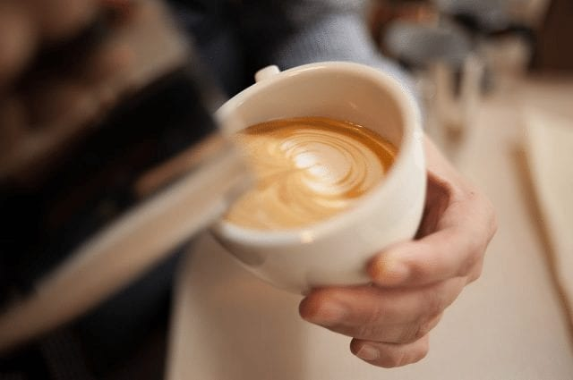 Barista hacer arte latte