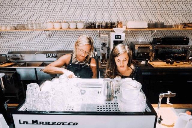Mujeres baristas en trabajo