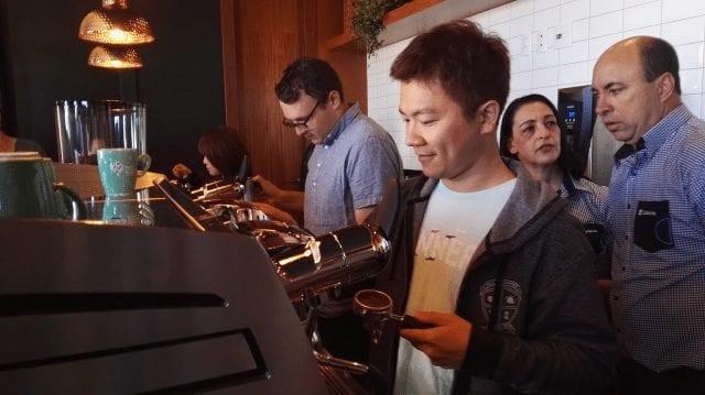 Barista en máquina espresso