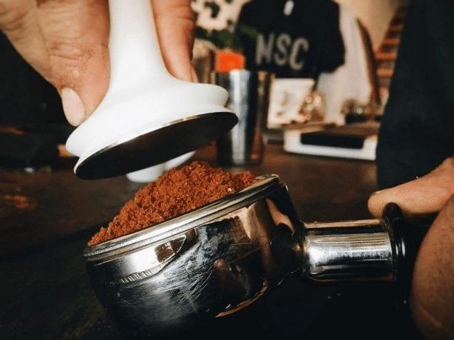 Listo para usar el tamper en el café