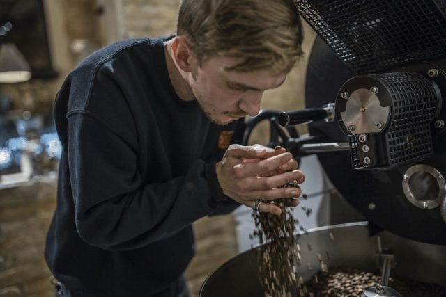 Granos de café recién tostados