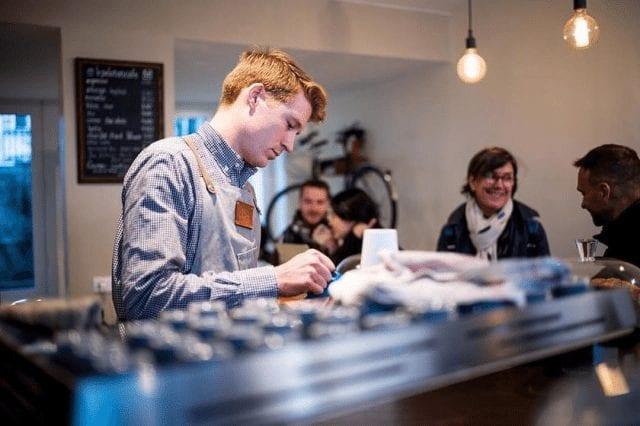 barista preparando cafe
