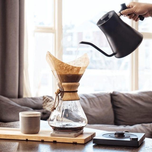 Preparando café en un chemex