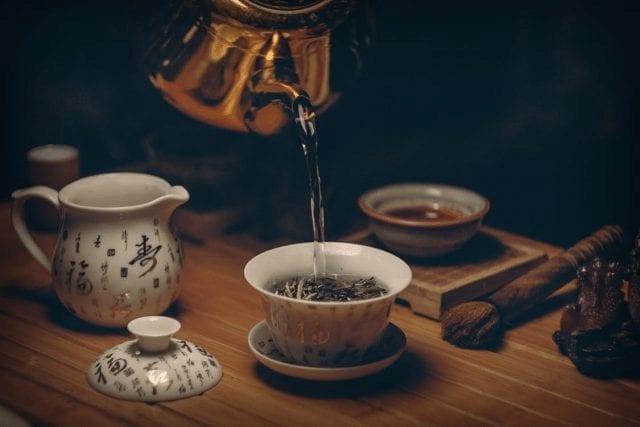 Vertiendo agua para té
