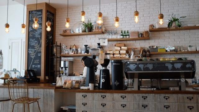 dentro de una tienda de café