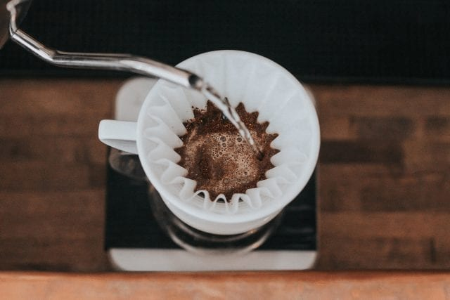 Vertiendo agua en café