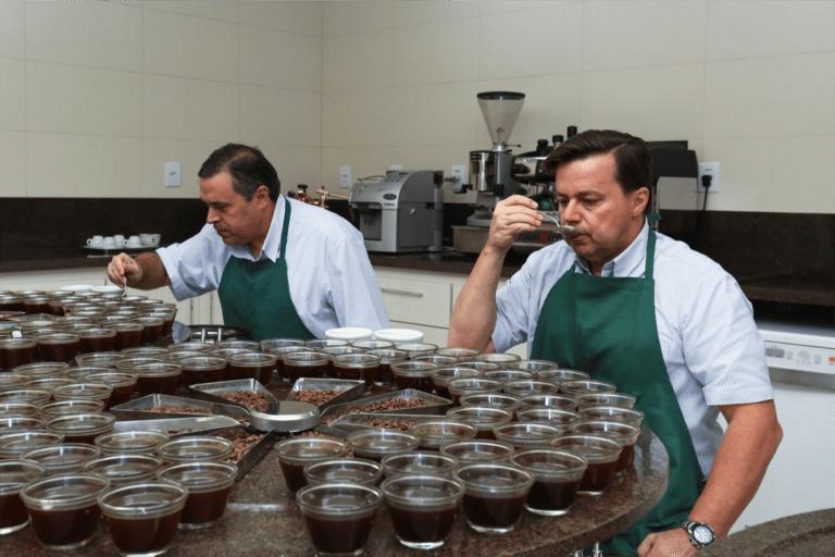 Catando cafés de Brasil