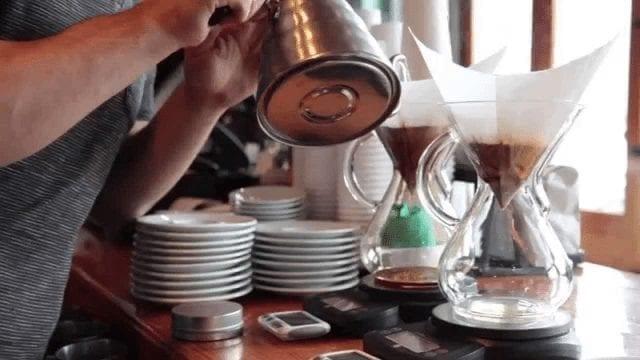 Preparando café en Chemex