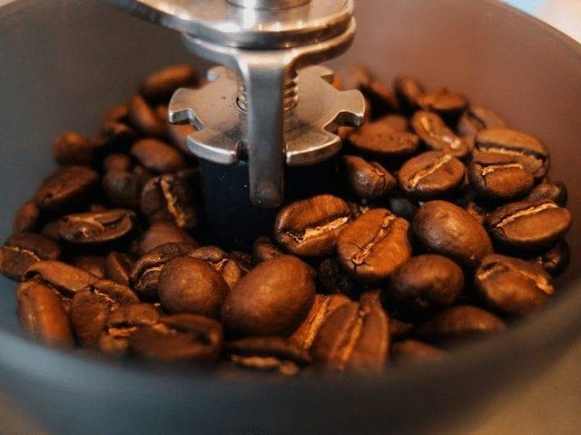 Granos de café en un molino
