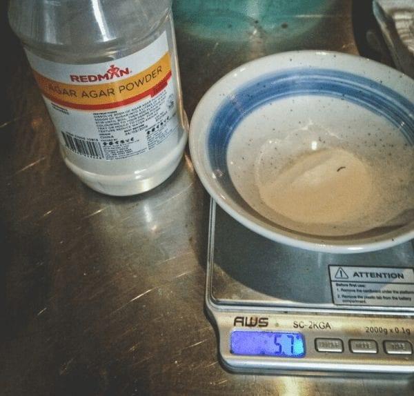 pesando la cantidad de café