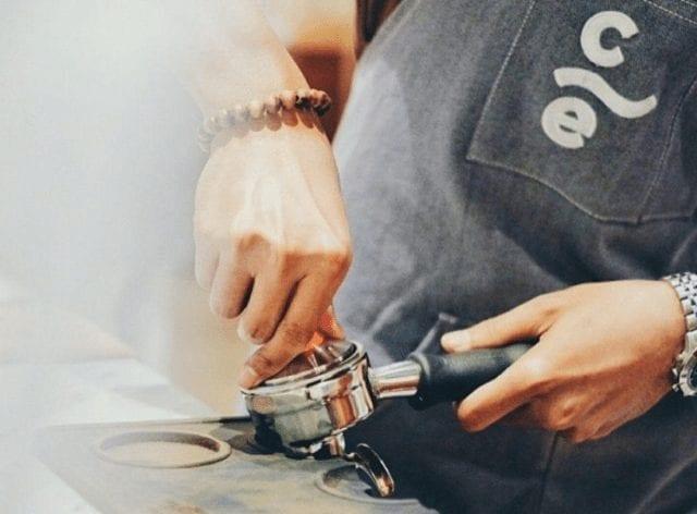 Barista haciendo espresso