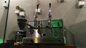 Una maquina de espresso de palanca restaurada