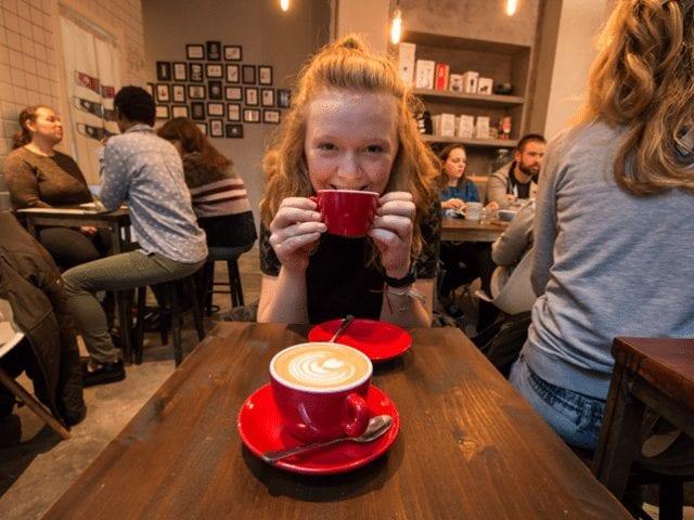 Nina toma cafe