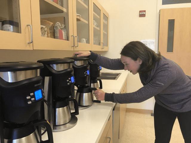 preparando cafe