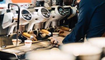 Cómo Combinar Calidad, Eficiencia & Servicio en las Tiendas de Café