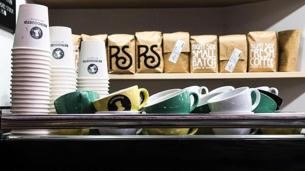 Tazas y café de Retrogusto Coffeemates