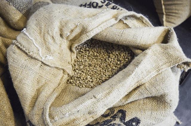 granos de cafe verde