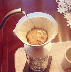 vertiendo agua a cafe