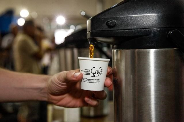 cafe recien preparado en una cafetera