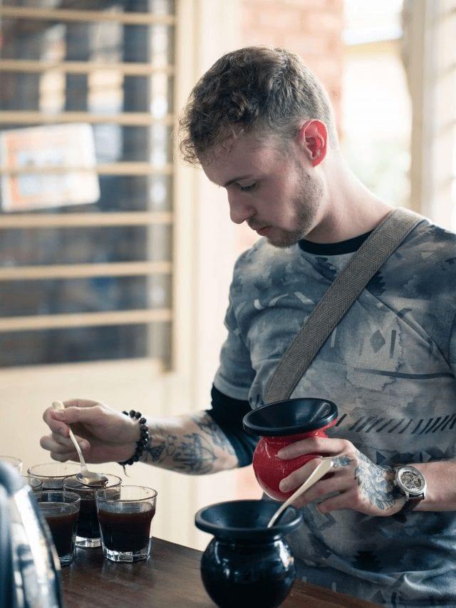 comprador de cafe catando diferentes granos