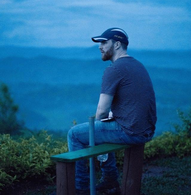 comprador de cafe sentado en una finca de cafe