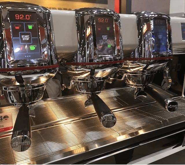 maquina espresso con pantallas digitales