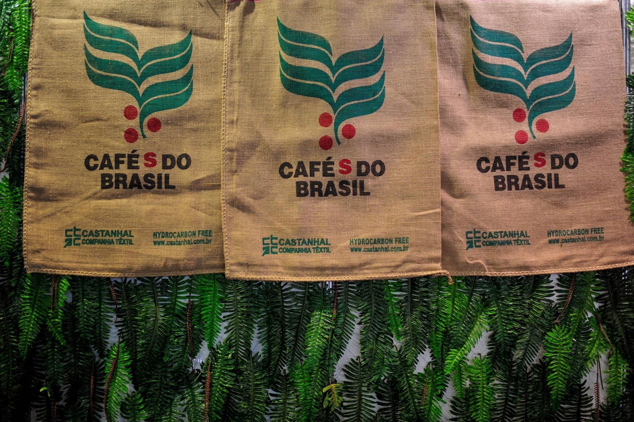 sacos de cafe como parte de la decoracion
